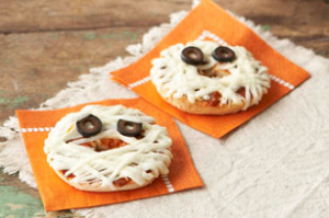 1 - Des mini pizzas momies avec des olives noires pour les yeux