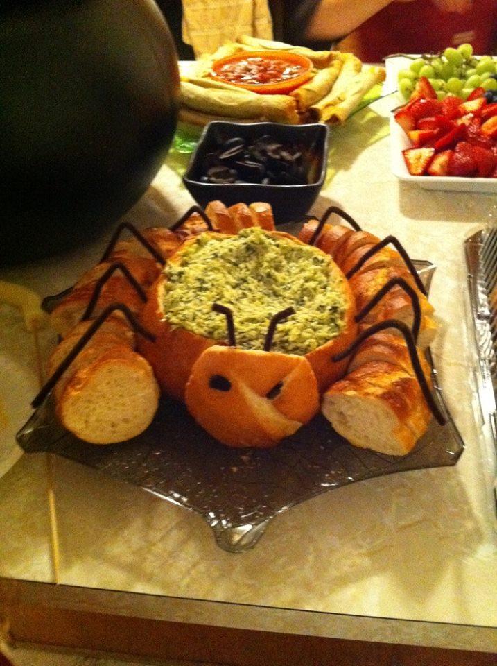 2 - Avec des cures-pipes noires faites une araigne de votre pain aux pinards